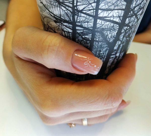 Наклейка на ногте